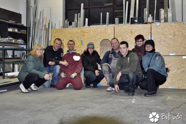S srčnimi prostovoljci ob zaključku izgradnje 50 hišic za pse v zavetišču v Dubravici (2010)